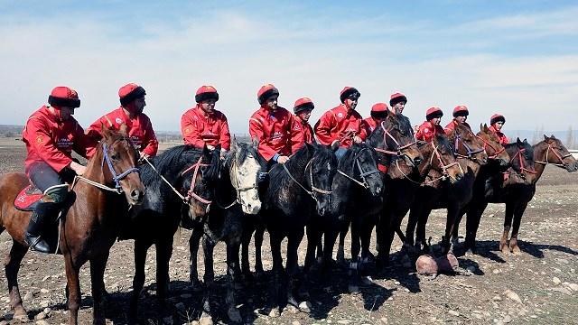 TİKA'dan Ahıska Türkleri at oyunu takımına binicilik malzemesi desteği